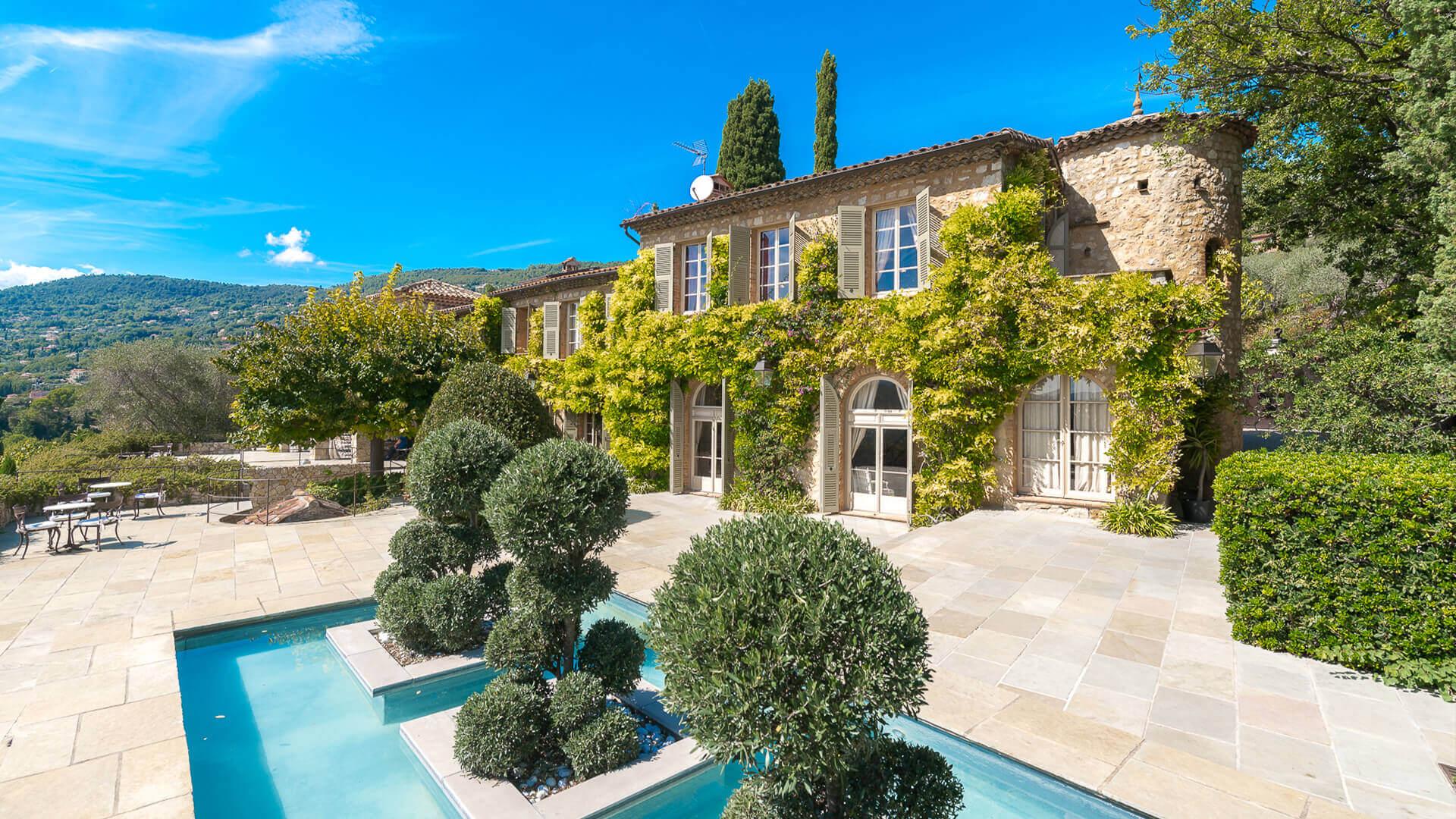 Bastide Provencale front of villa with fountain
