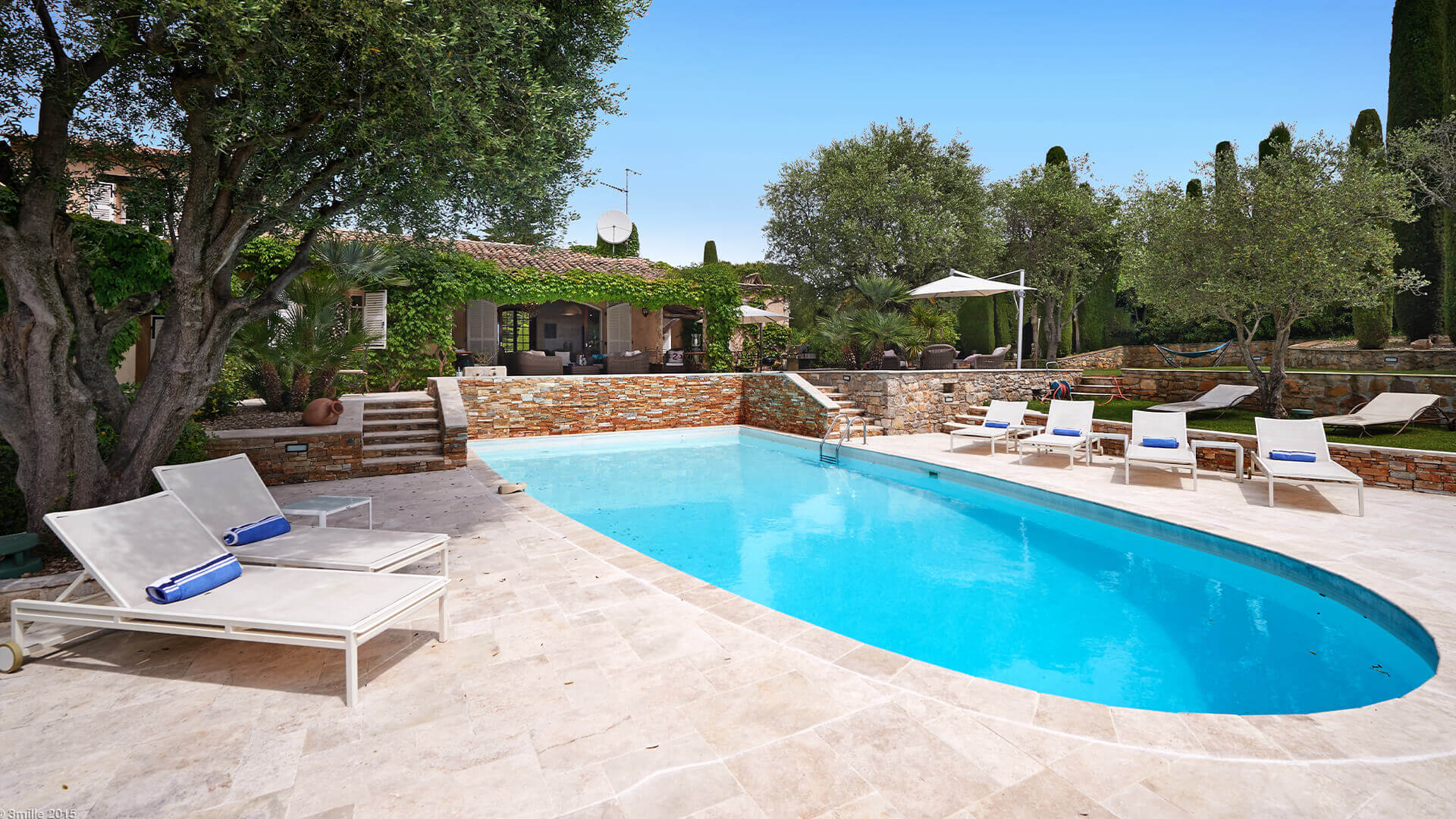 Bastide in Mougins swimming pool with loungers
