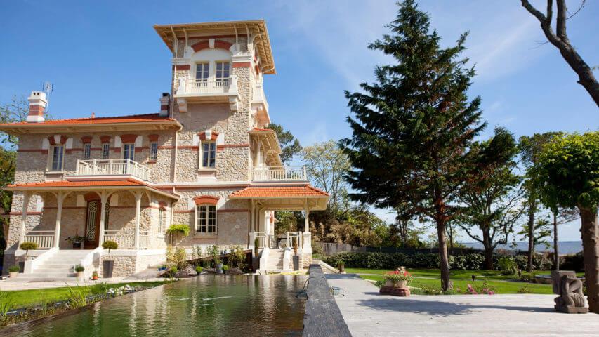 Bordeaux Beach Villa garden and swimming pool