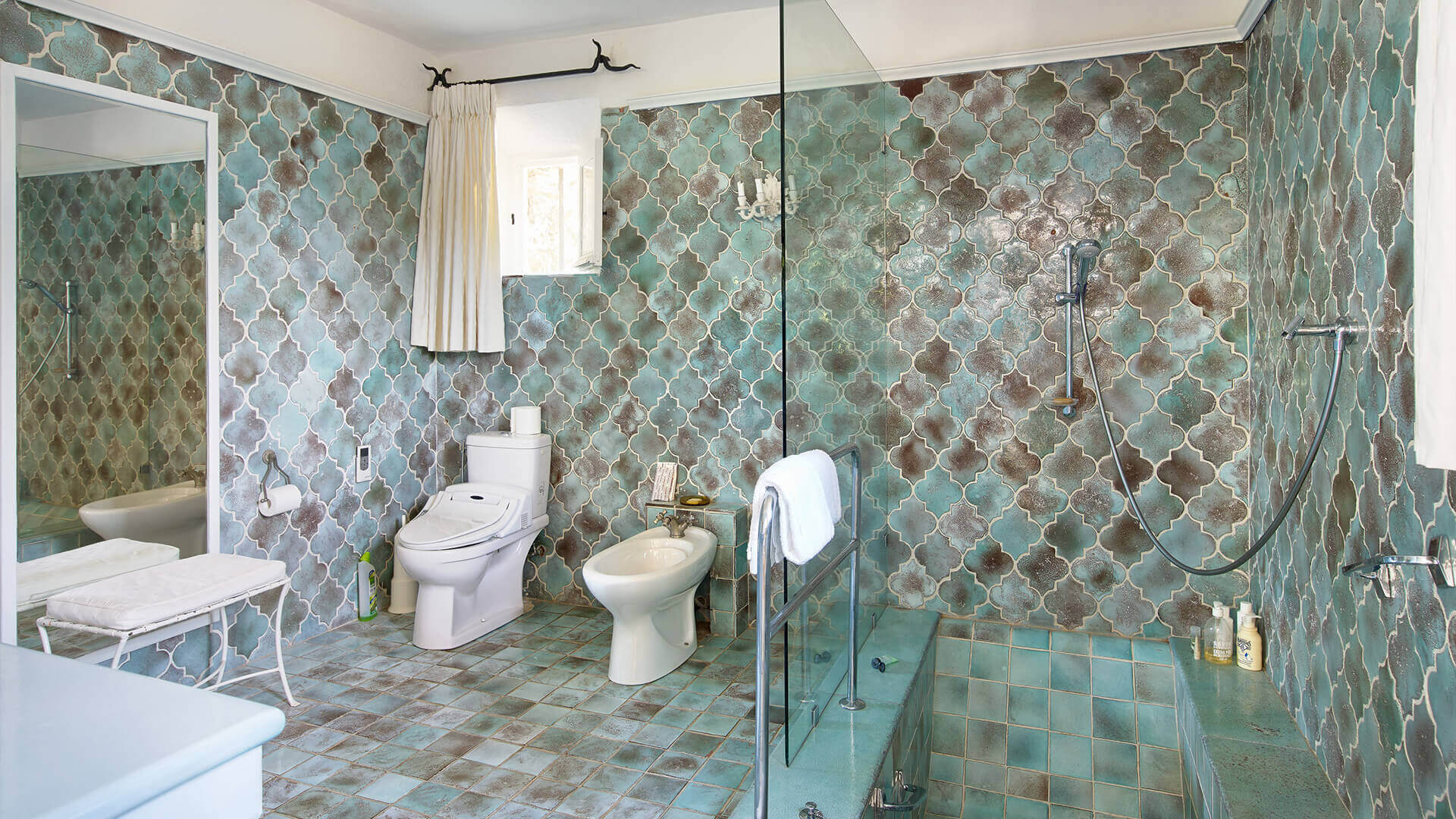 Large Domain Valbonne copper tiled renaissance bathroom