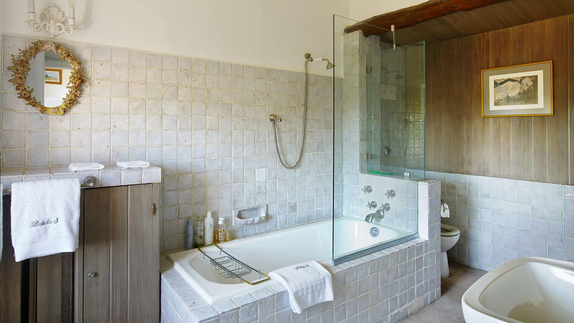 Large Domain Valbonne rustic tiled bathroom