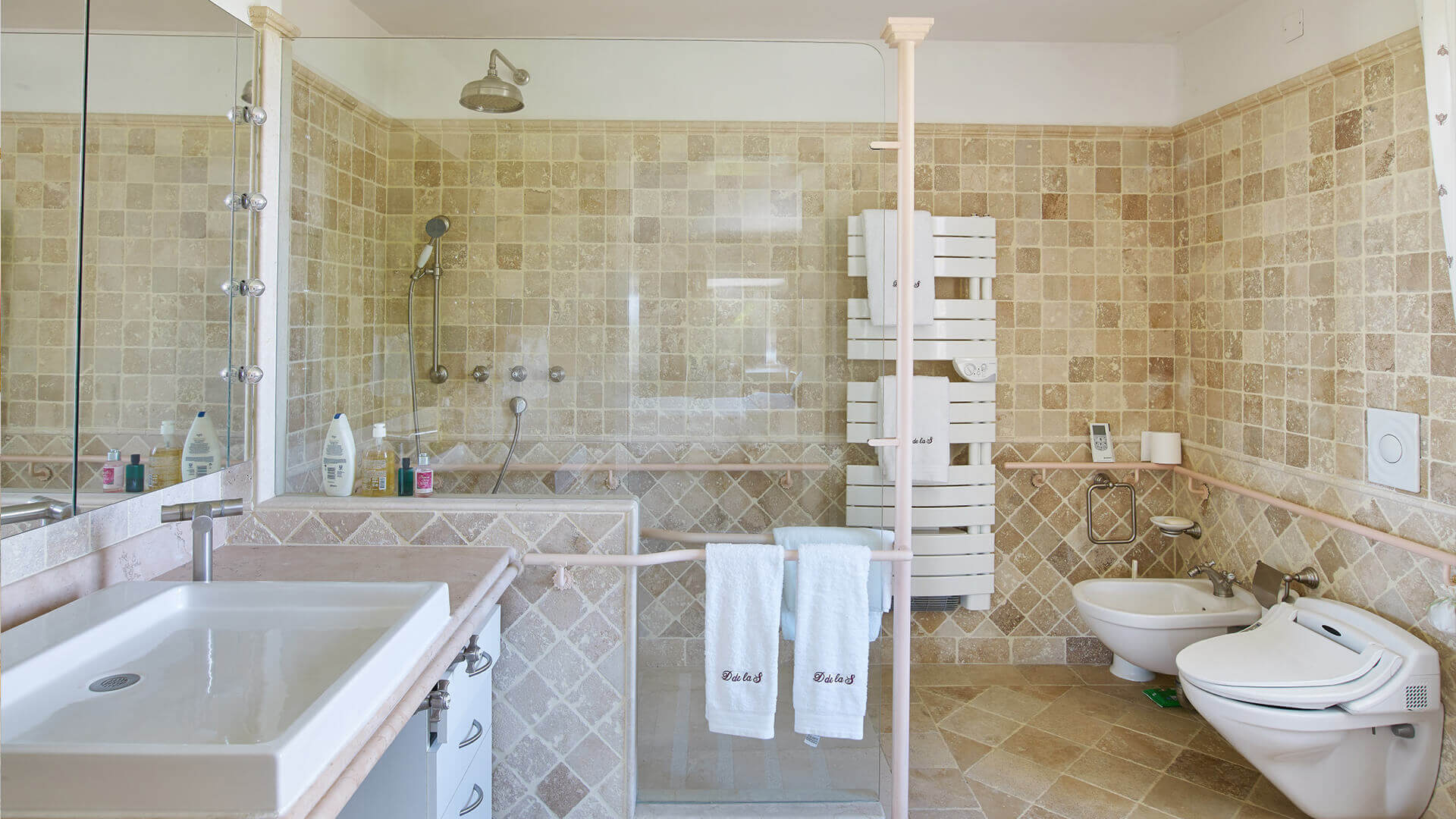 Large Domain Valbonne tiled bathroom with large shower niche