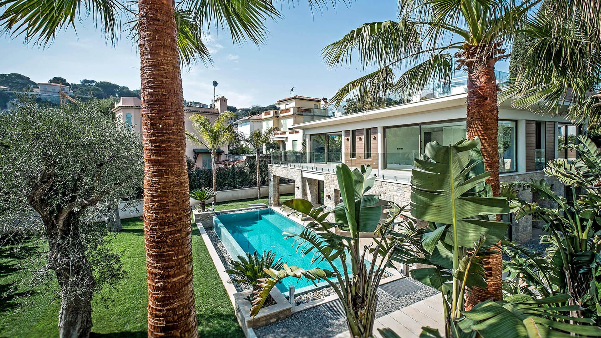 Garden and villa with swimmingpool