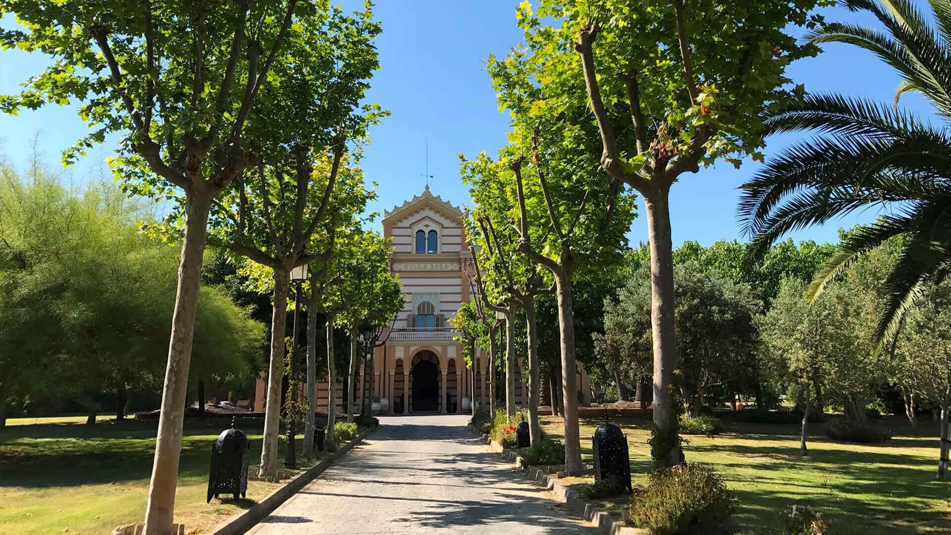 Large property outside Barcelona avenue and garden to villa