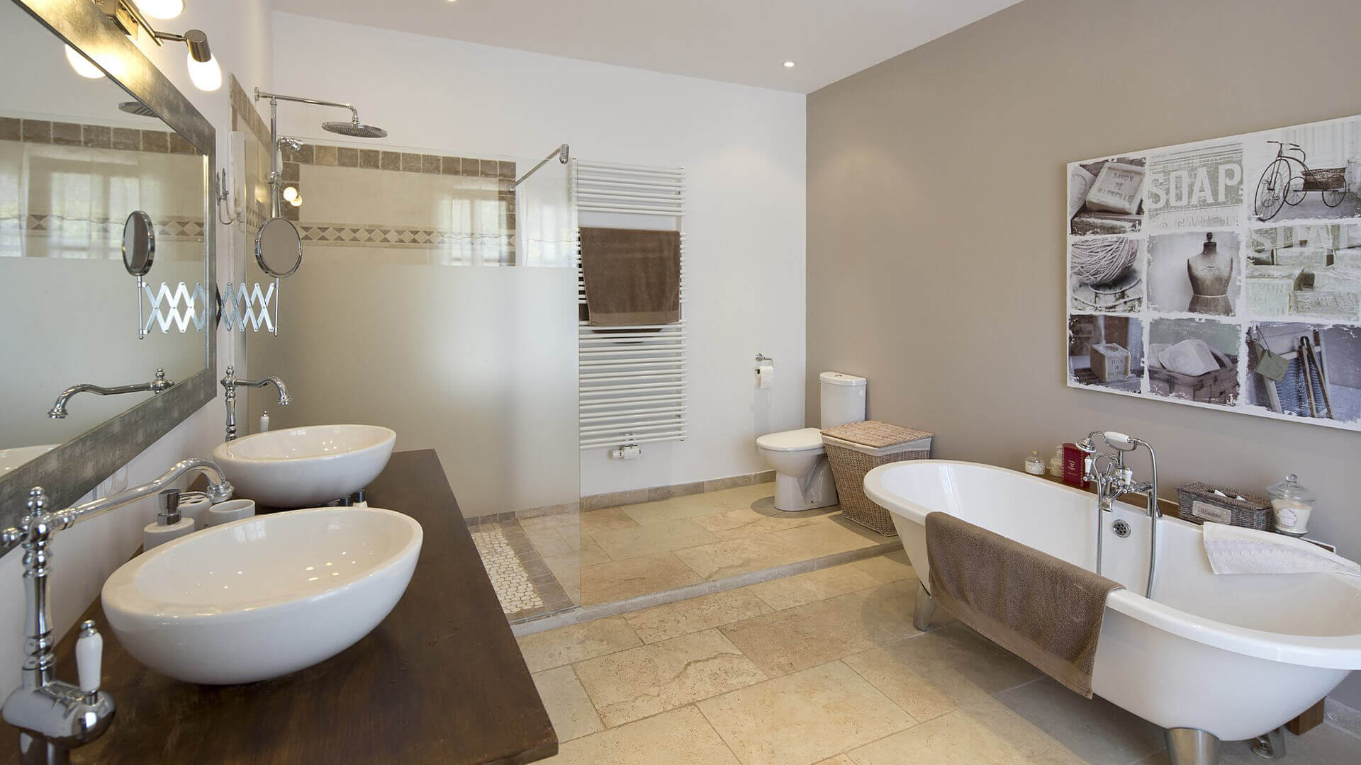 Saint Remy de Provence bathroom with bathtub