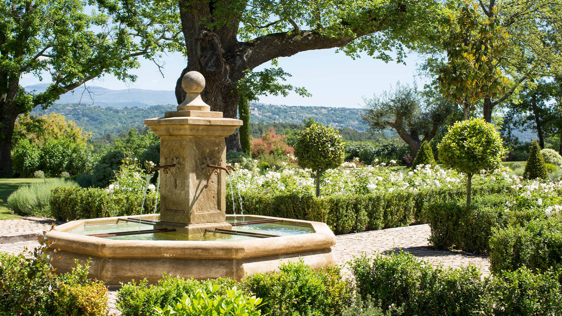 Villa Fayence garden with fountain and view