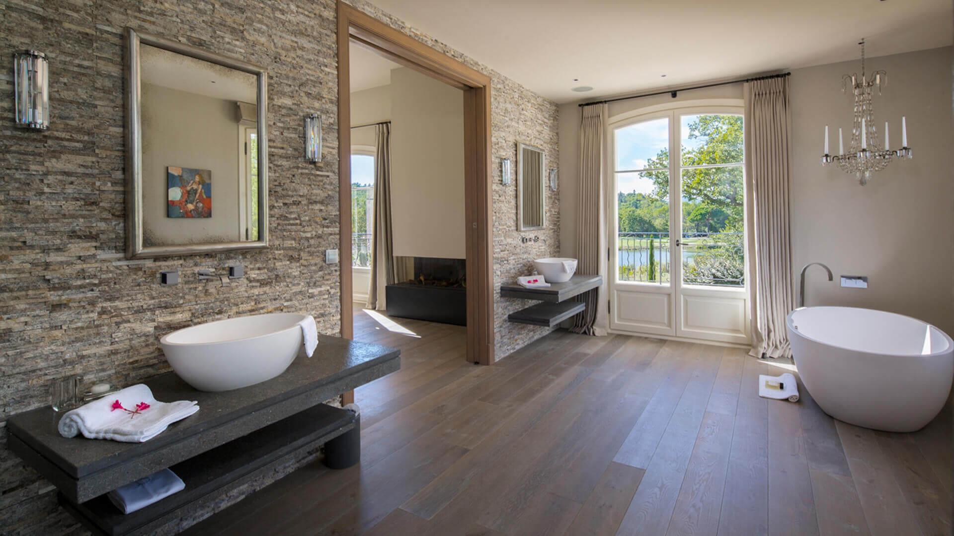 Villa Fayence bathroom with bathtub