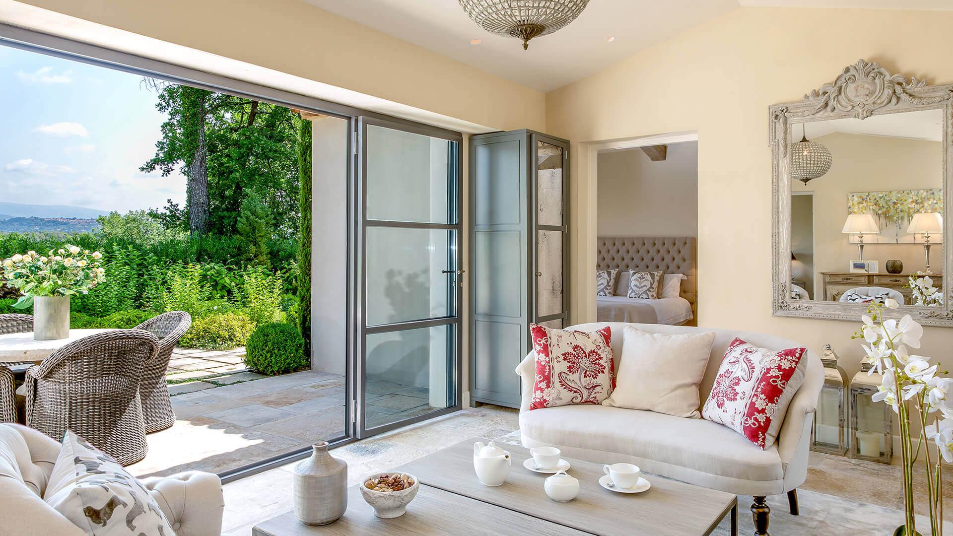 Villa Fayence living room and garden