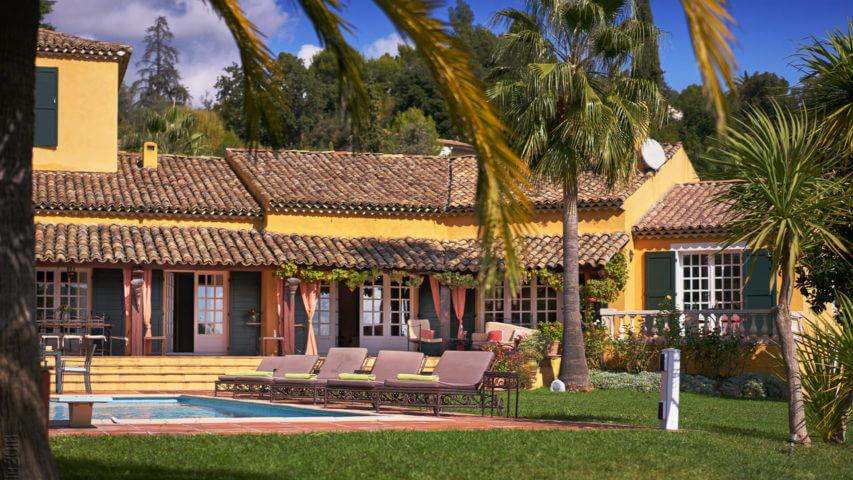 Yellow Villa Savoy garden and swimming pool